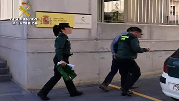 Imagen del detenido, custodiado por la Guardia Civil