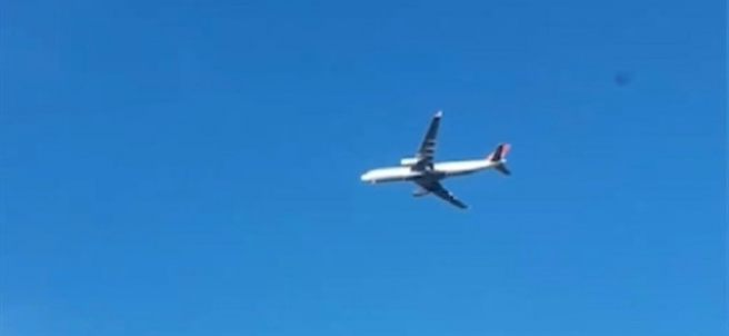 Un avión 'parado' en el cielo