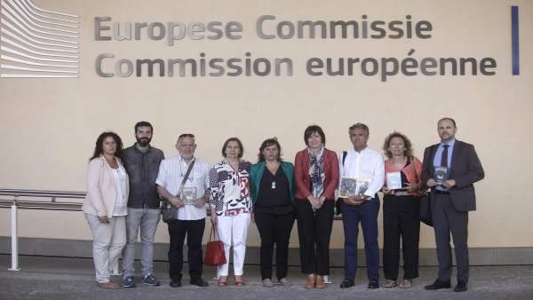 La eurodiputada Ana Miranda (BNG), en el centro, junto a víctimas del Alvia