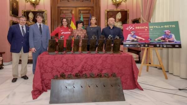 Presentación del trofeo de la regata femenina Sevilla-Betis
