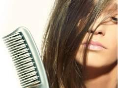 Mujer cepillándose el pelo