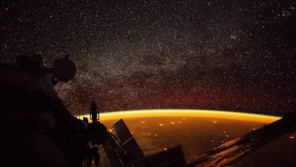 Imagen del brillo naranja envolviendo la Tierra