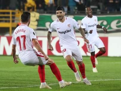 Éver Banega celebra un gol en presencia de Pablo Sarabia.