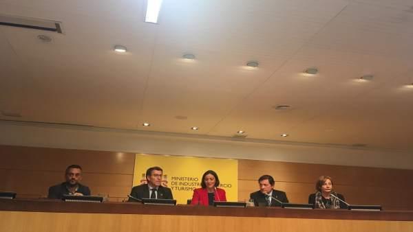 Las ministras Reyes Maroto y Teresa Ribera con Feijóo y Javier Fernandez
