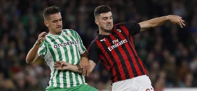 Feddal (Betis) y Cutrone (Milan) pugnan por un balón.