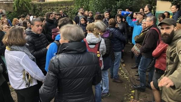 Vecinos protestan por el derribo de tres casas en Gràcia.