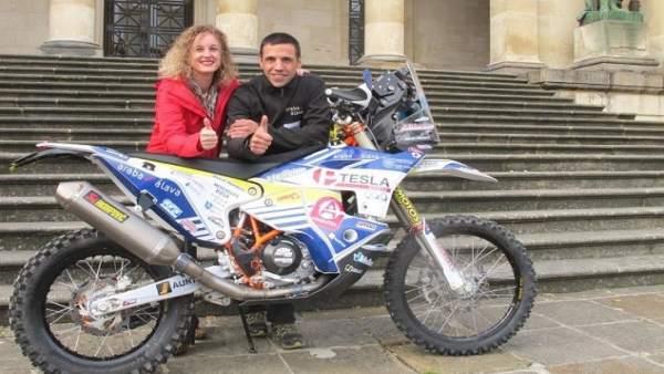 La diputada Cristina González y el piloto Óscar Romero