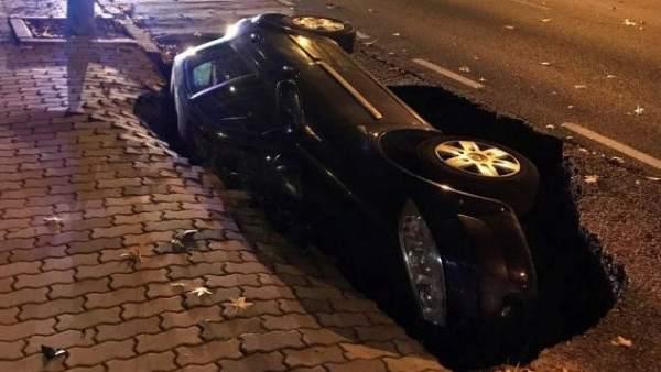 El asfalto se 'traga' un coche en Zamora