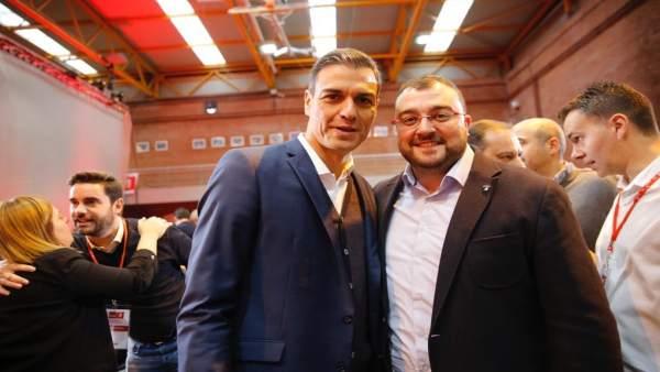 Pedro Sánchez y el secretario de la FSA Adrián Barbón.