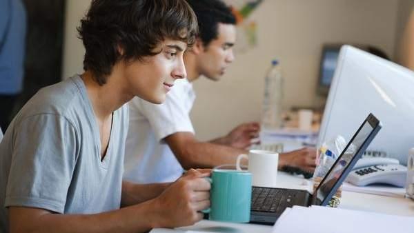 Un joven y un ordenador