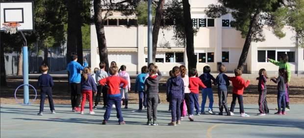 Niños practicando deporte en un colegio