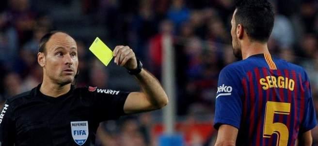 Sergio Busquets ve una tarjeta amarilla.