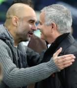 Guardiola y Mourinho se saludan antes del Manchester City vs Manchester United.