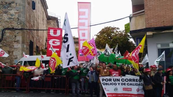 Trabajadores de Correos Extremadura en la concentración de Mérida