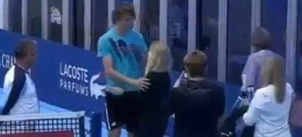 Zverev se quita de encima a una fan que le abrazó al hacerse una foto