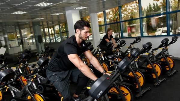 Dos jóvenes hacen ejercicio en la bicicleta de spinning de MoveWatts.