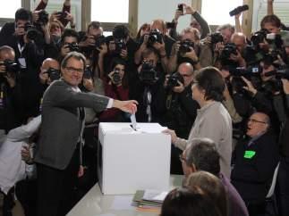 EL president de la Generalitat en funciones, Artur Mas, votando en la Escola Pia Balmes de Barcelona en la consulta soberanista del 9 de noviembre de 2014.