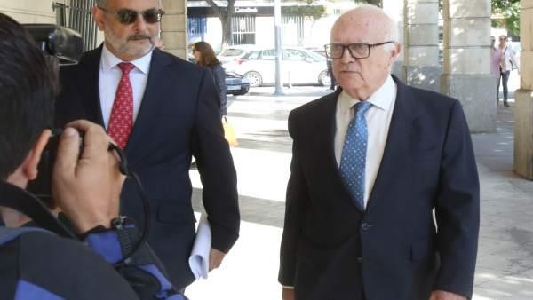 El psiquiatra Javier Criado, a su entrada al juzgado