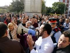 Enfrentamiento entre manifestantes en contra de la agresión en el metro y miembros de Plataforma per Catalunya, en Santa Coloma (Barcelona).