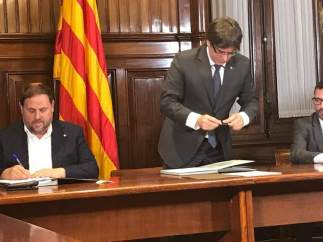 Junqueras y Puigdemont firman la convocatoria del 1 de octubre