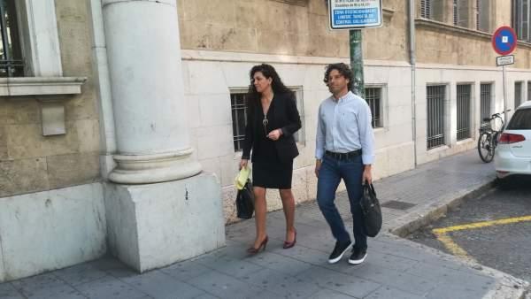 Jaume Garau llegando al Juzgado junto a su abogada el pasado abril