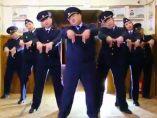 Policías rusos bailando