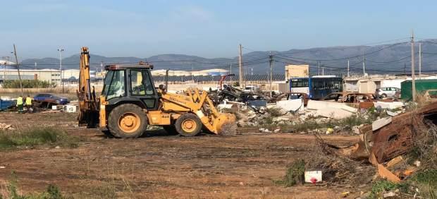 El Ayuntamiento de Palma retira 13 toneladas de residuos y 14 coches ubicados en la entrada de Son ...