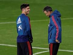 Luis Enrique y Marco Asensio, en un entremaniento con la Selección española.