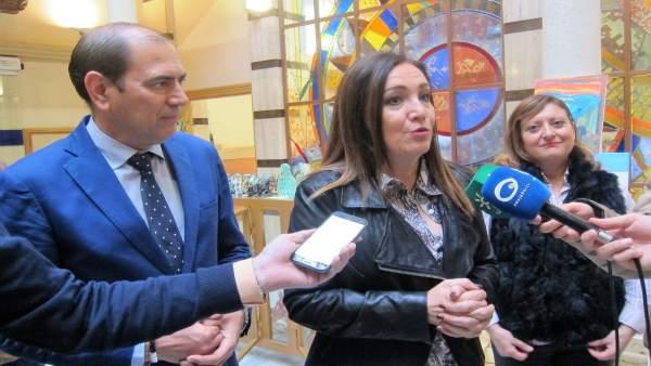 La subdelgada del Gobierno en Jaén, Catalina Madueño, atiende a los periodistas.