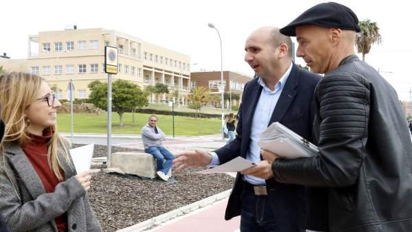 Francisco Conejo, PSOE, en un reparto informativo