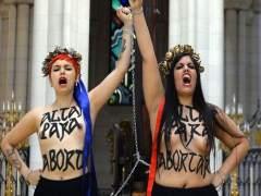 Dos activistas de Femen encadenadas a un crucifijo