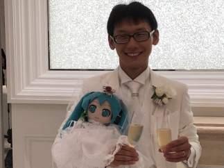 Akihiko Kondo se casa con un holograma de Hatsune Miku
