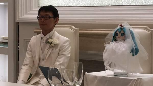 Boda de Akihiko Kondo con el holograma de Hatsune Miku