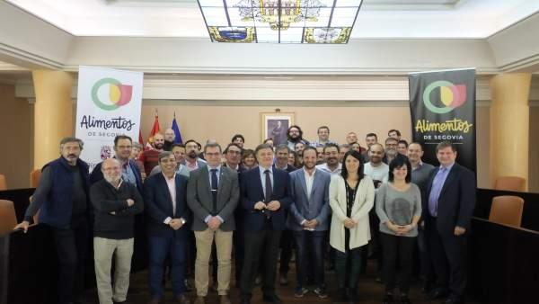 Los asistentes a la Asamblea con el nuevo logo de Alimentos de Segovia 15-11-18