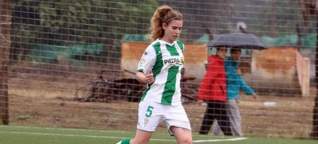 Una jugadora del Córdoba salva la vida a una rival en pleno partido