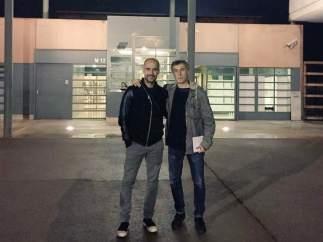 Pep Guasrdiola y Jordi Cuixart, en la puerta de la prisión de Lledoners.