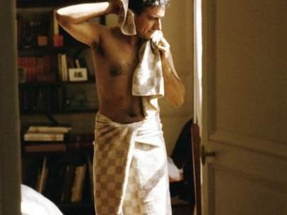 Un hombre se seca tras la ducha