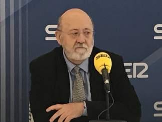 El Gobierno niega que vaya a cesar a Tezanos como presidente del CIS y acusa al PP de laminar las instituciones