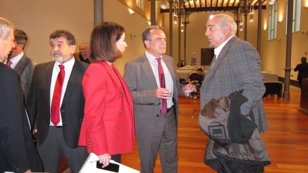 Sánchez Quero hablando con dos diputados del PSOE antes del pleno de la DPZ