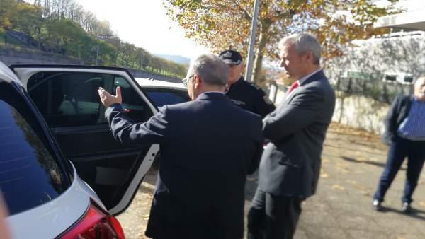 Alfonso Rueda y Luis Menor entregan cuatro coches a la Policía Autonómica