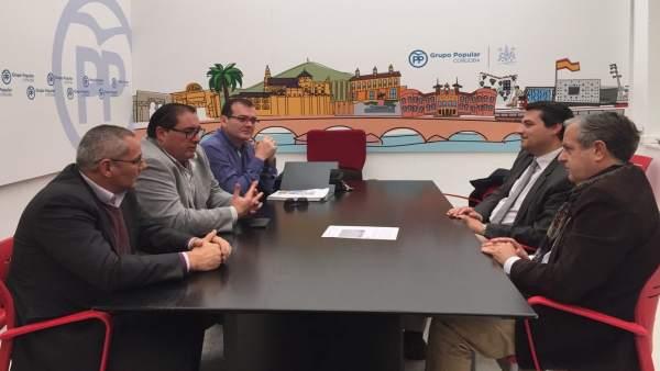 Salvador Fuentes y José María Bellido con los radioaficionados
