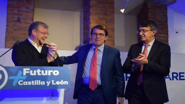 León.- Silván (i), Mañueco y Martínez Majo, hoy en León.
