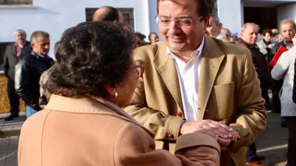 Vara saluda a una mujer en Valencia de Alcántara