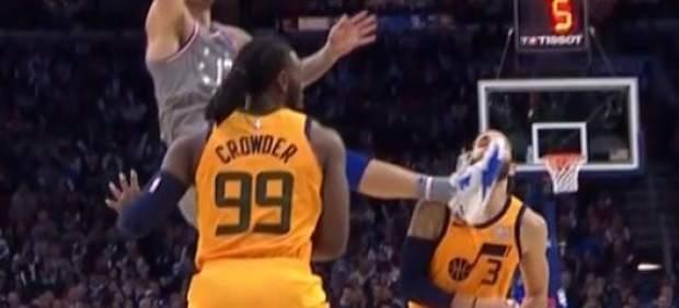 Ricky Rubio recibe una patada en la cara ante los Sixers