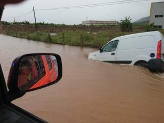 Furgoneta atrapada por la lluvia en Tavernes de la Valldigna