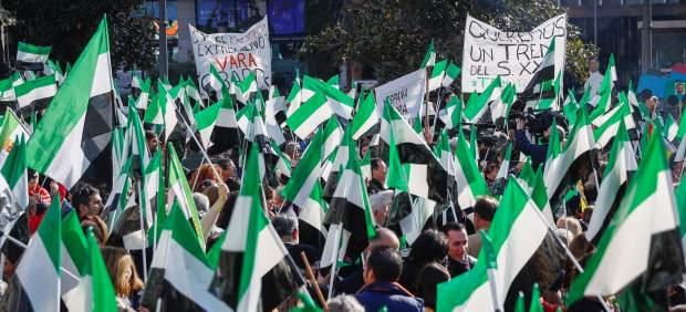 Miles de extremeños regresan a Madrid un año después para exigir un tren digno