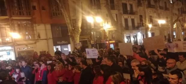 Unas 600 personas acuden a la concentración por la mujer asesinada en Palma y exigen actuar contra ...