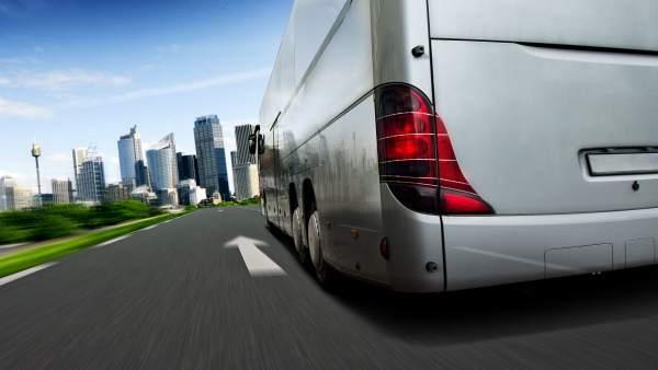 Un autobús en una carretera