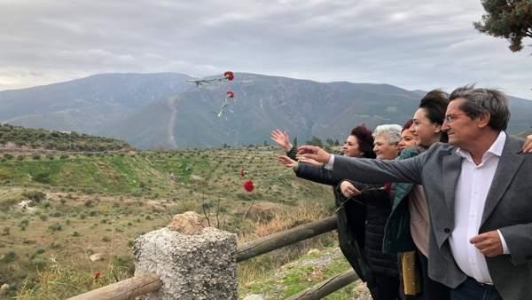 Socialistas lanzan rosas rojas
