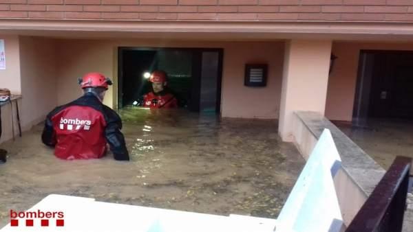 Los Bombers de la Generalitat han evacuado 21 personas de viviendas